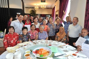 Deputy Speaker of the Parliament in Singapore Mr Seah Kian Peng, Tsao Foundation President Dr Mary Ann Tsao and International Longevity Centre Singapore Director Susana Concordo Harding celebrate with elder from one of SCOPE Program's partner centres.